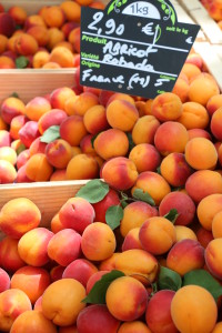Montpellier apricots at Marche des Arches